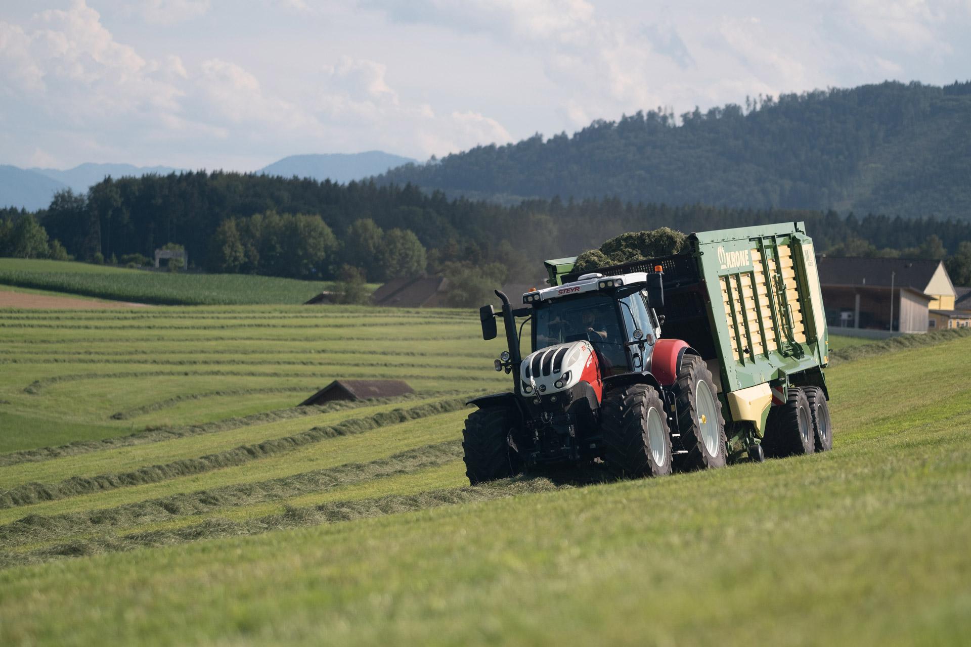 Krone Ladewagen mit Steyr Traktor